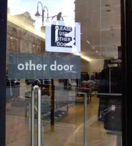 A outra porta?